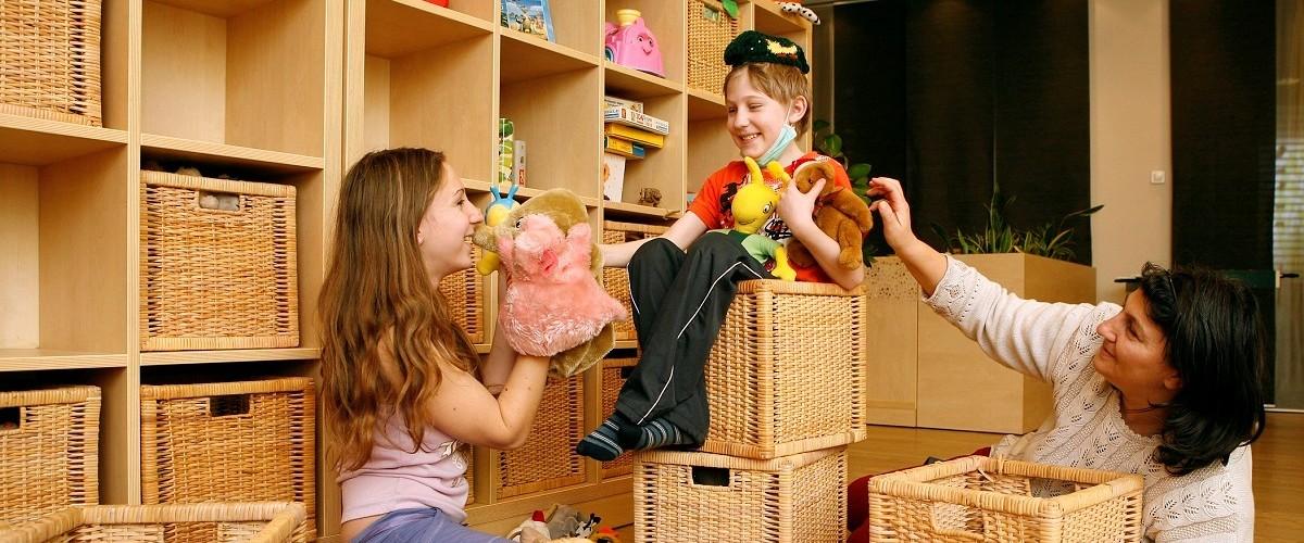 A gyerekek a plüss állatkákkal játszanak