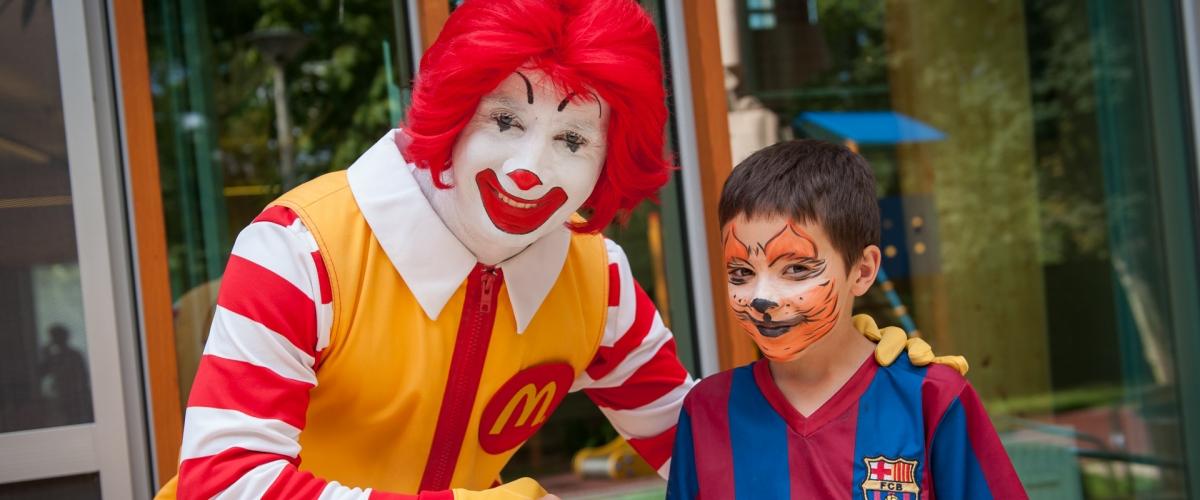 McDonalds bohóc egy ki festett arcú kisfiúval