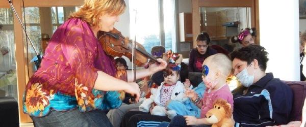 A gyerekeknek zenélnek