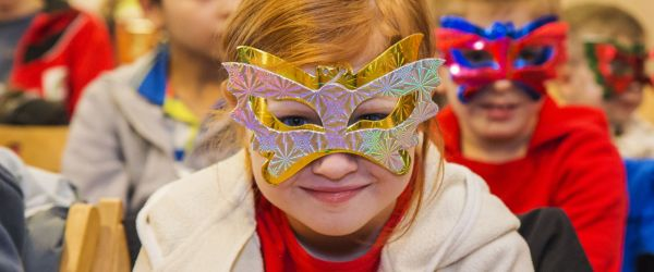 Farsang, gyerekek pillangós maszkban
