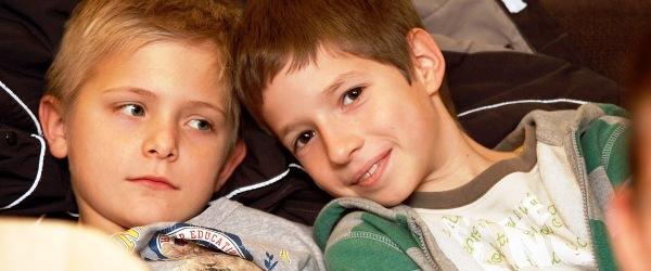 Két kisfiú ahogy mosolyogva a kamerába néz