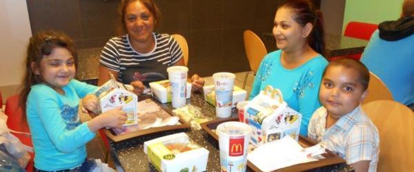 Egy család a mcdonalds-ban ebédel.