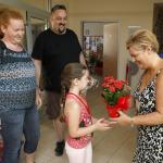 Egy lány piros virágot kap.