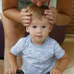 A motoros kisfiút meg puszilj az anyukája.