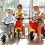 Három kisfiú műanyag motoron.