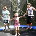 Gyerekek a trambulinban ugrálnak.