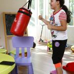 Kislány a bokszzsákot üti.