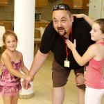 A férfi játszik a két kislánnyal.