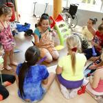 A bohóc megtanítja a gyerekeknek hogyan kell lufi állatot hajtogatni.