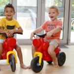 A gyerekek a műanyag motorral játszanak.