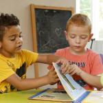 Gyerekek mesekönyvet lapoznak.