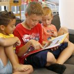 Gyerekek mesekönyvet olvasnak.