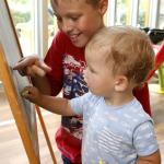 Gyerekek a táblára rajzolnak.
