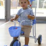 Kisfiú a háromkerekű biciklivel.