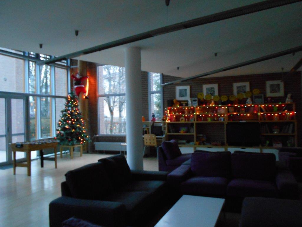 Karácsonyfa, asztal, kanapé