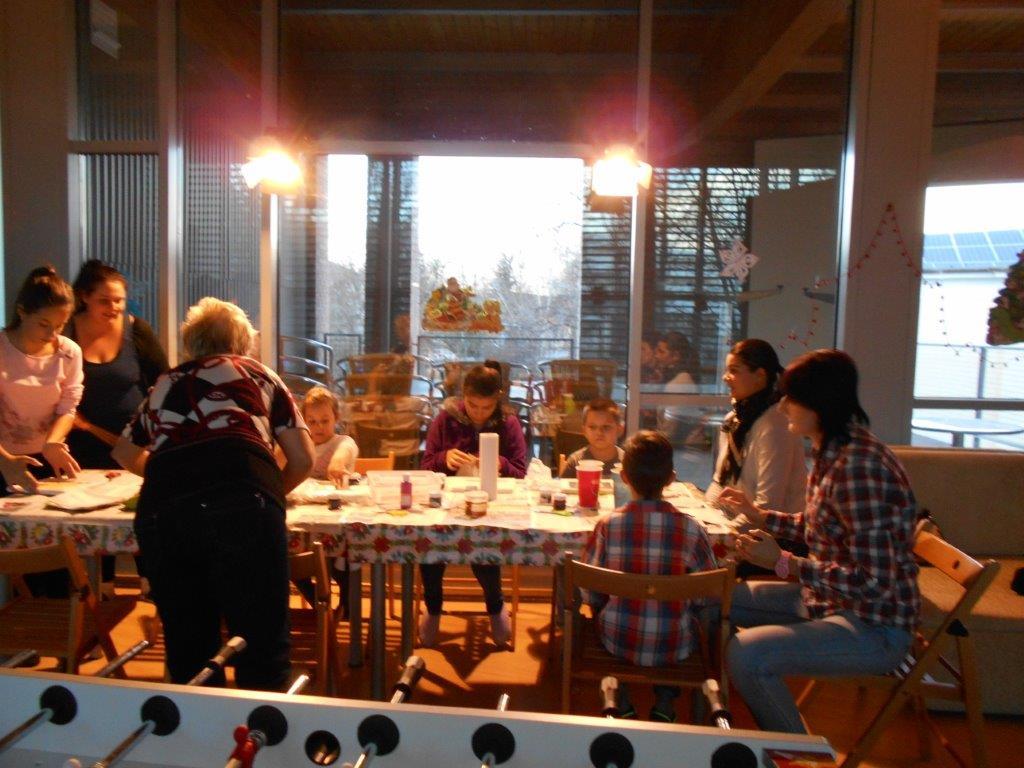 A gyerekek festenek az asztal körül