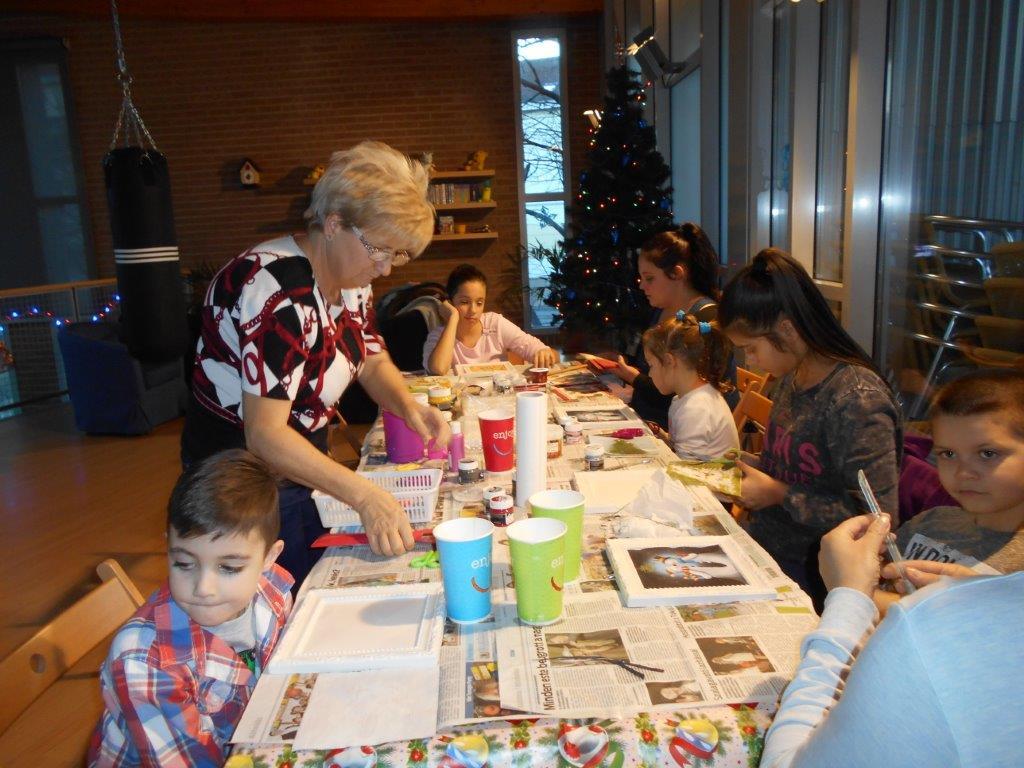 Gyerekek hóembert, télapót festenek