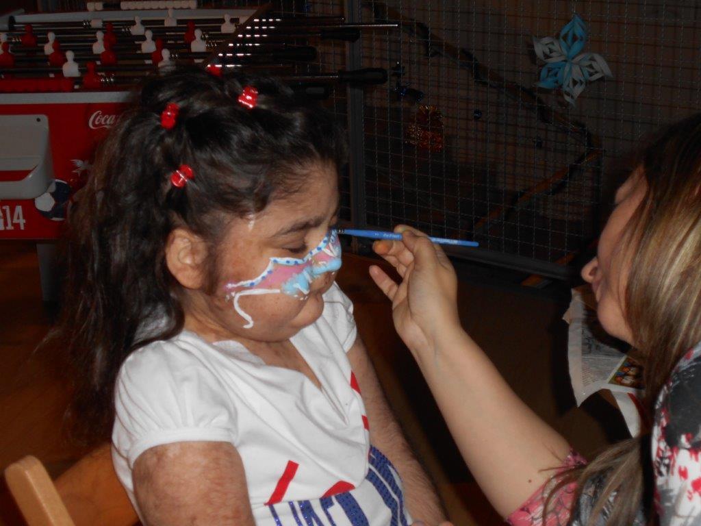 A kislány arcát kifestik