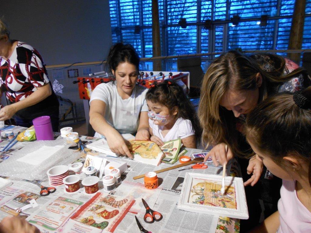 A gyerekek szalvétát festenek