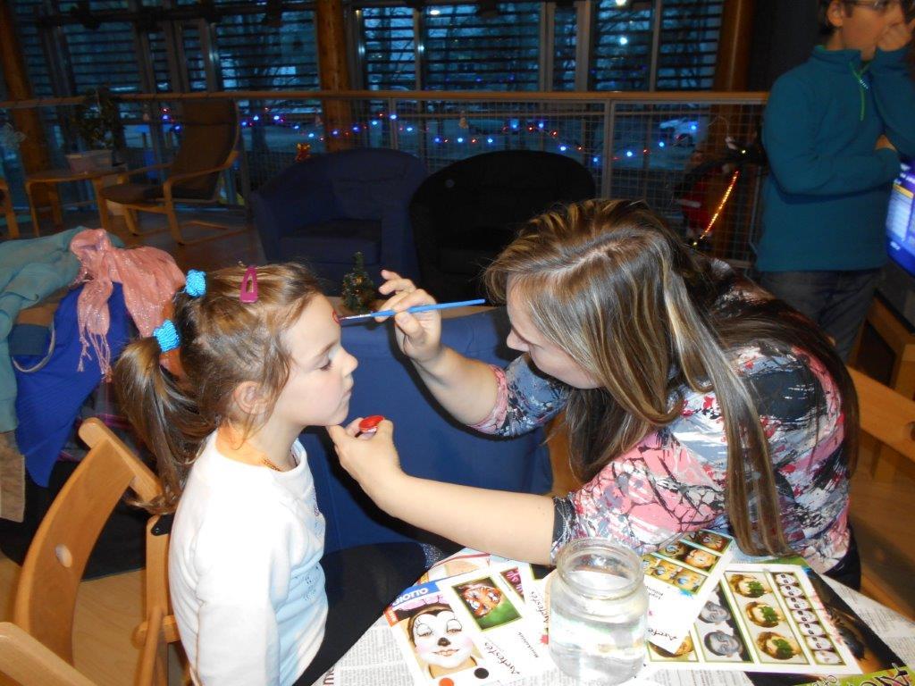 A gyerek arcát ki festik