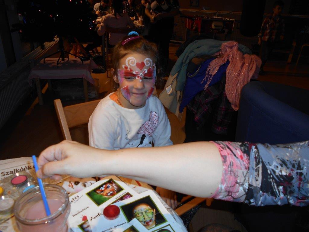 Gyerek arcát festik