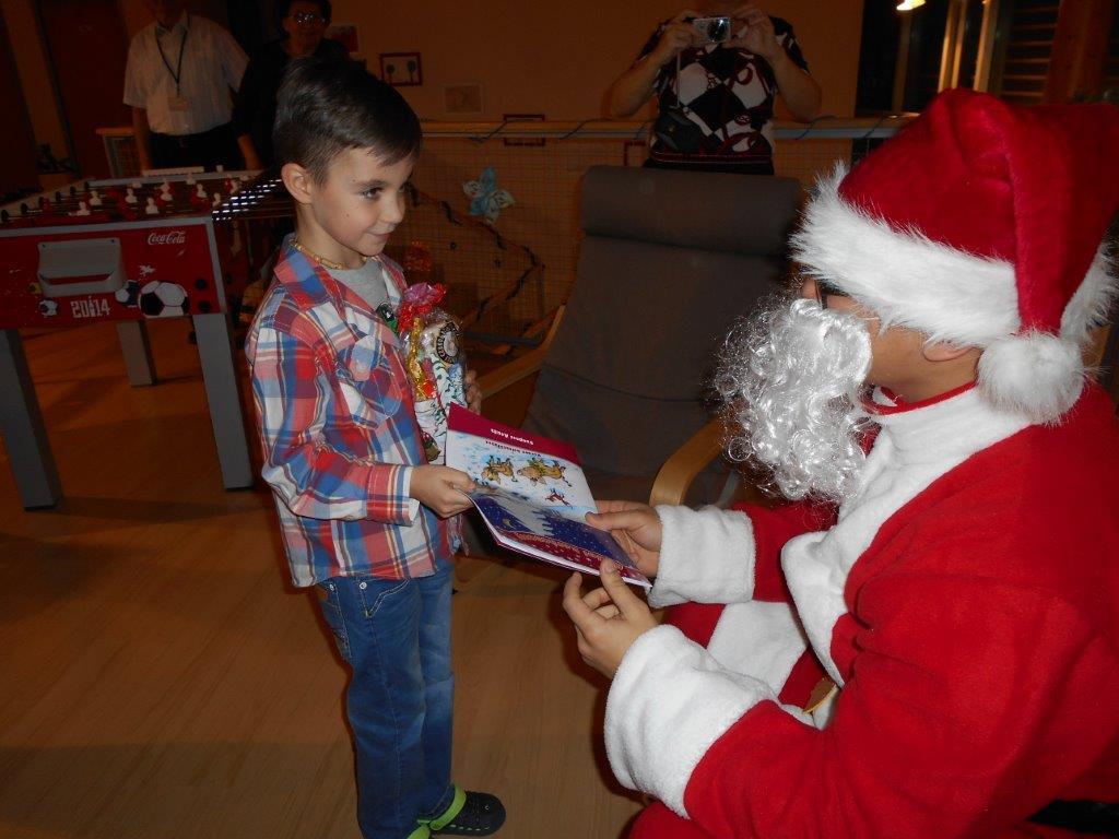 A télapó ajándékot ad át az egyik gyereknek
