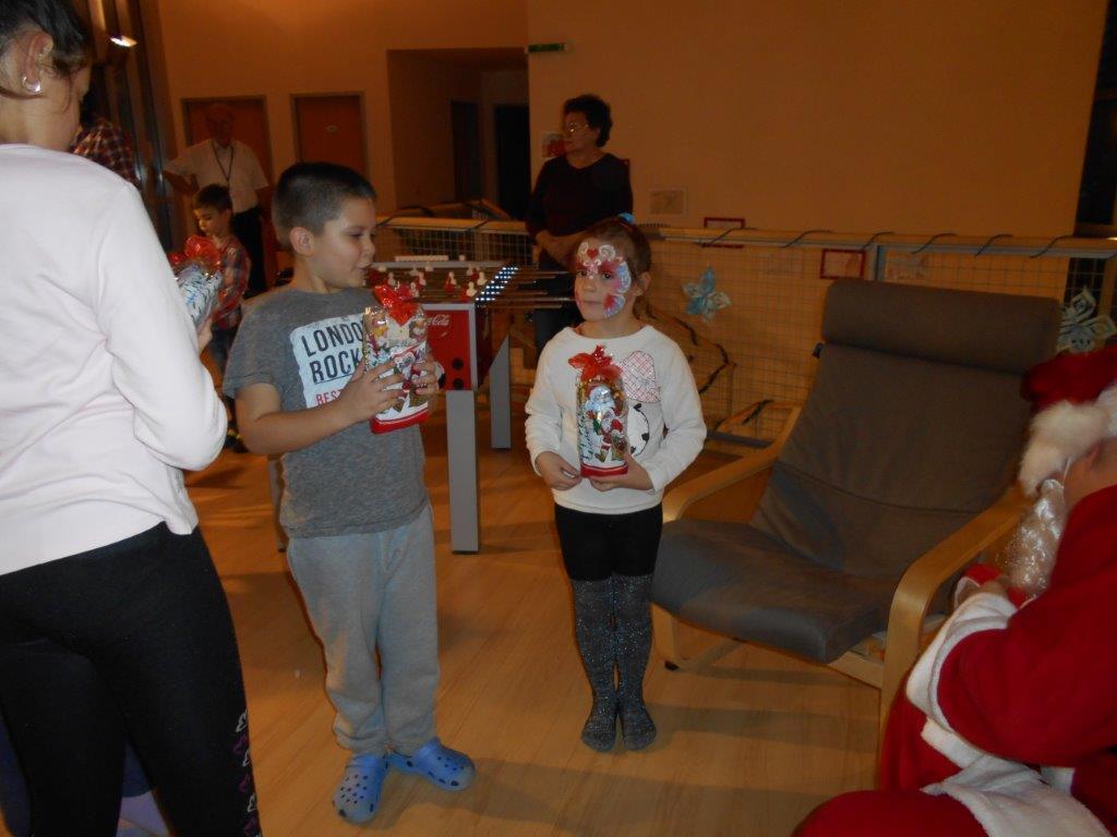 Télapó ajándékot ad a gyerekeknek