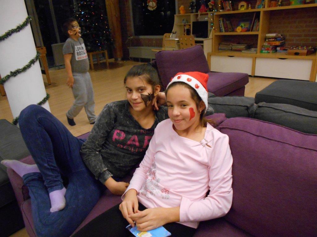 A lányok mutatják hogy milyen szép arcfestésük van