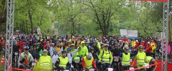 Kerékpárosok a Tour de Balaton startnál.