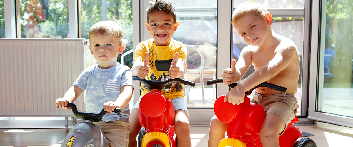 Gyerekek játék motoron