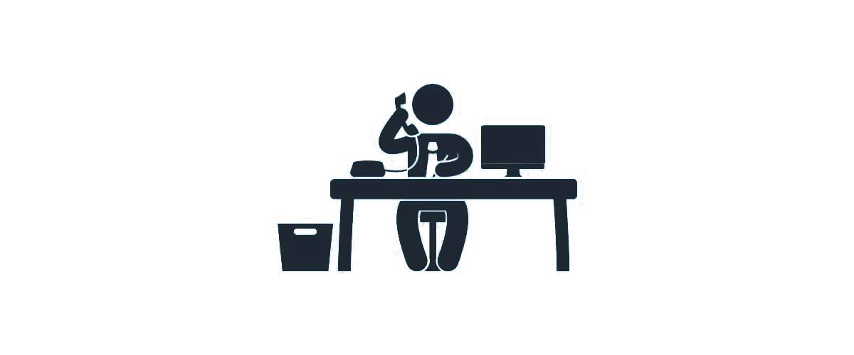 Íróasztal, monitor , telefon és egy ember
