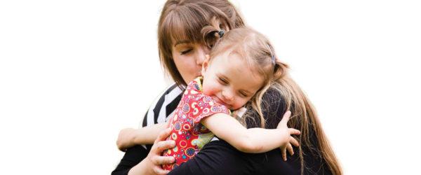 Anya a lányával ölelkeznek