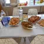 Finomságok a asztalon, pogácsa, süti, szendvics
