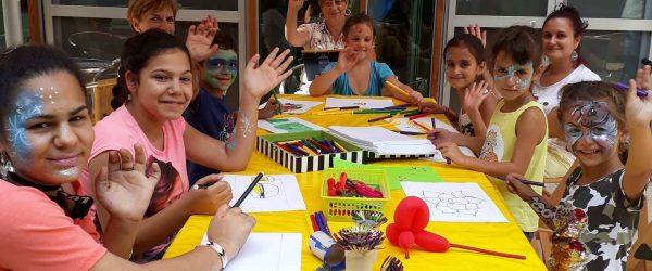gyerekek kezmuveskednek egy asztalnal