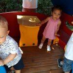kisgyerekek a kerti játékokon játszanak