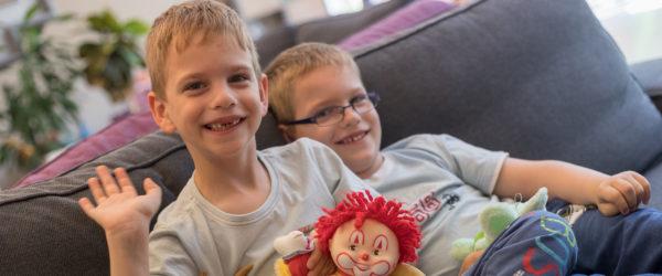 Két fiú mosolyognak