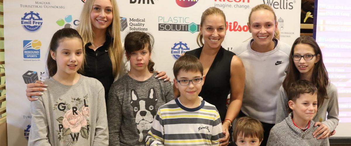 Gyerekekkel készítenek képet a sportolók